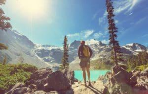 Faites une randonnée dans les montagnes du Canada.