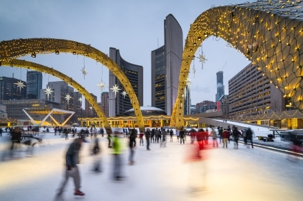 Voici le Nathan Phillips Square à Toronto